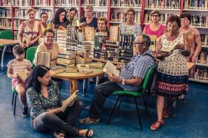 libro, Mujer con libro al fondo. Una historia de amor por la cultura.