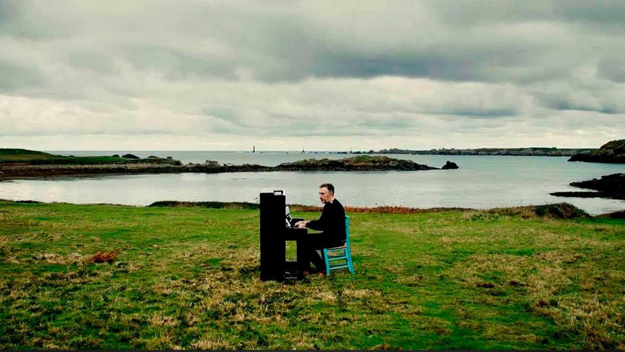 Yann Tiersen tocando el piano en la Bretaña francesa