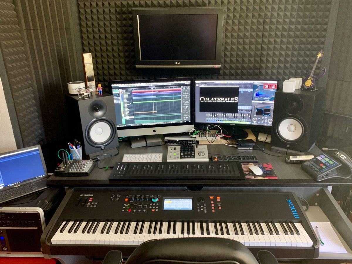 Imagen de Txema Cabria trabajando en su estudio para la música de un cortometraje.