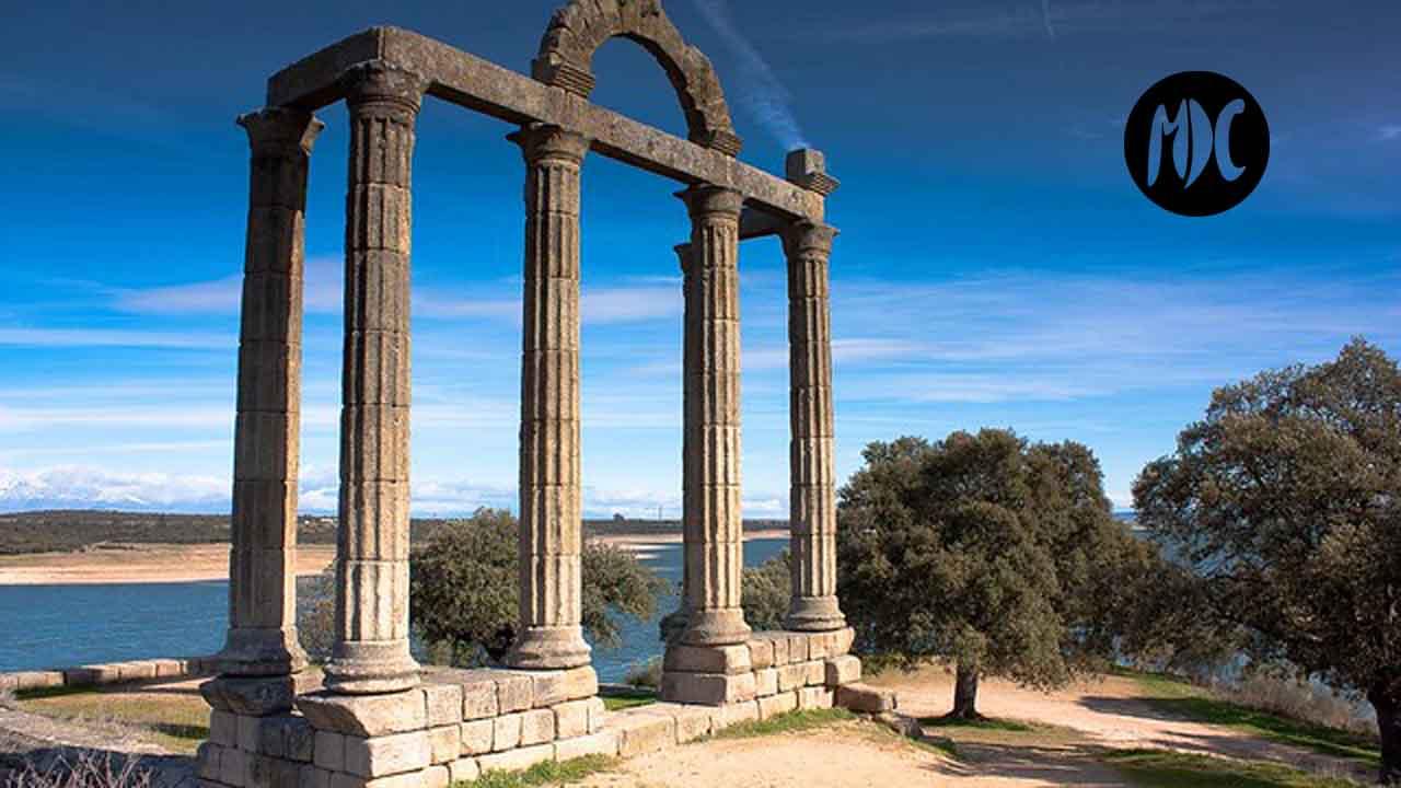 Augustóbriga es un antiguo municipio romano del río Tajo que quedó cubierto por el embalse de Valdecañas. Lo que en la Edad Media se convirtió en Talavera la Vieja.
