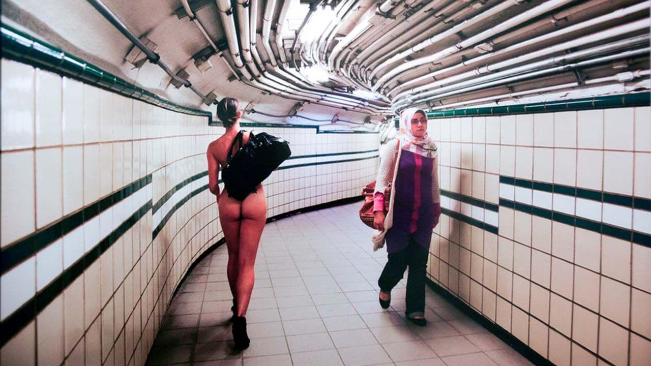 Fotografía de Erica Simone desnuda en el metro