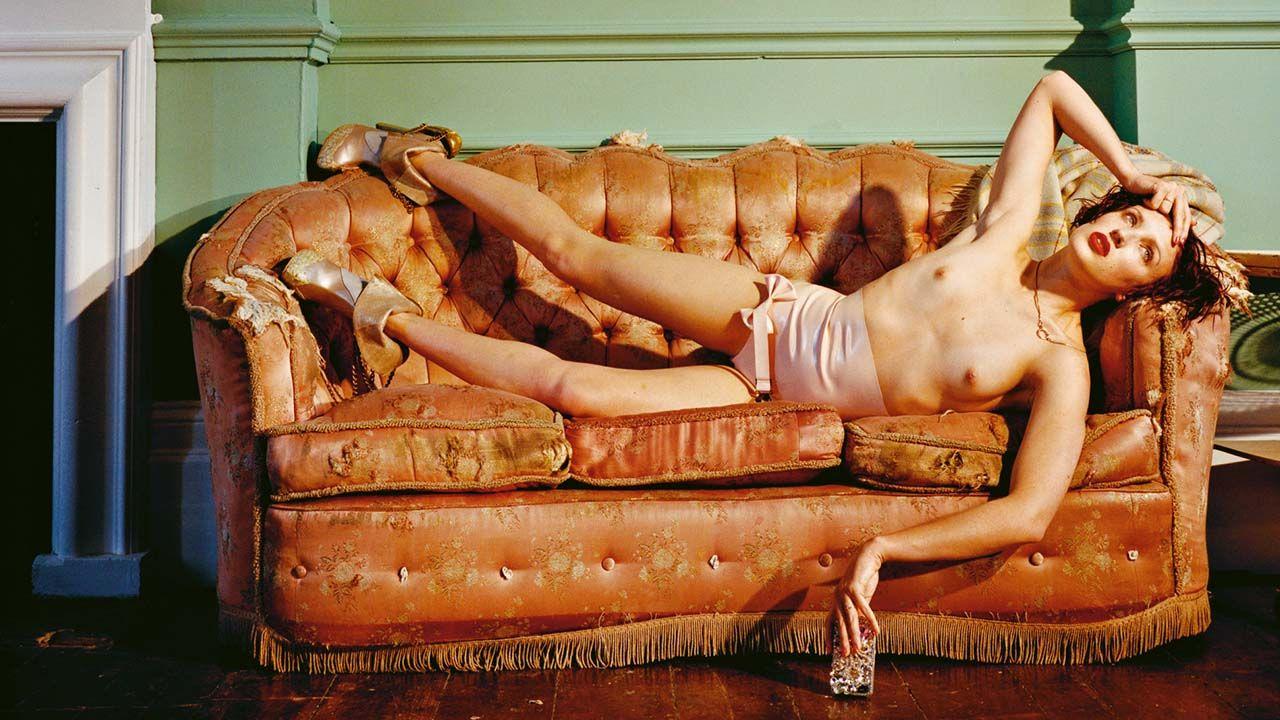 Trabajo de Bettina Rheims en el que aparece una mujer tumbada sobre un sofá