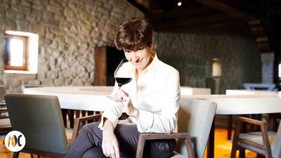 María con una copa de vino