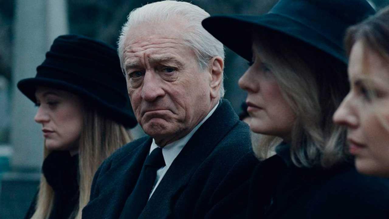 "Robert de Niro en un funeral, en la película ""El Irlandés"""
