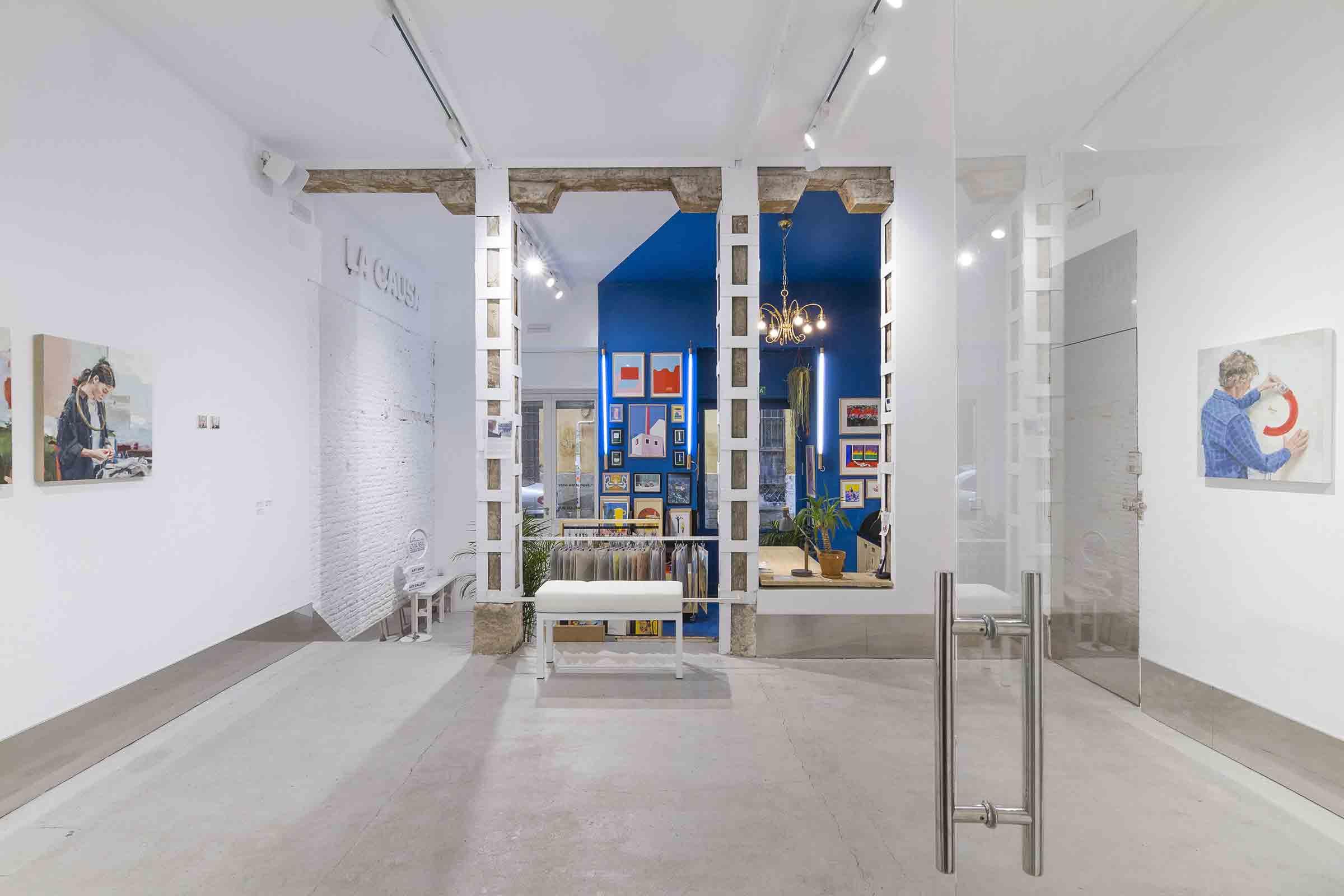 Fotografia Héctor Hernández. Muestra el espacio expositivo, al fondo, art shop de La causa