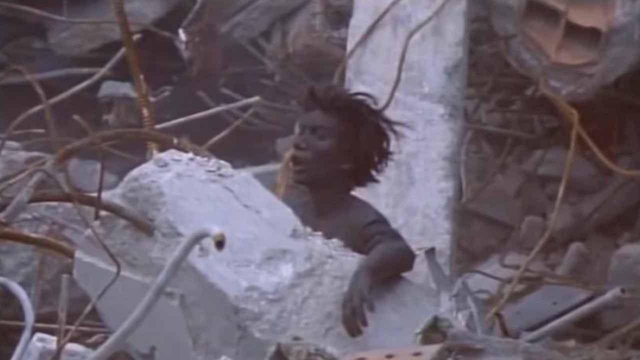 Una persona atrapada entre los escombros tras estallar una bomba