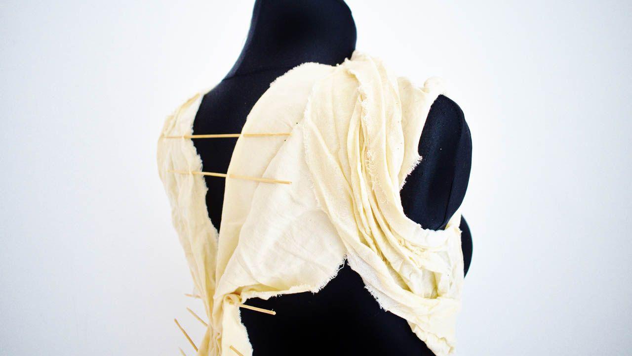 Armadura diaria, 2019 Loneta con palillos de madera Detalle espalda. Marina Yvette.