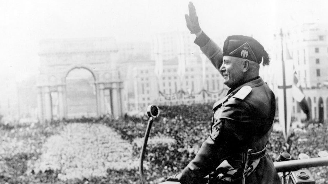 Mussolini saludo gestos políticos