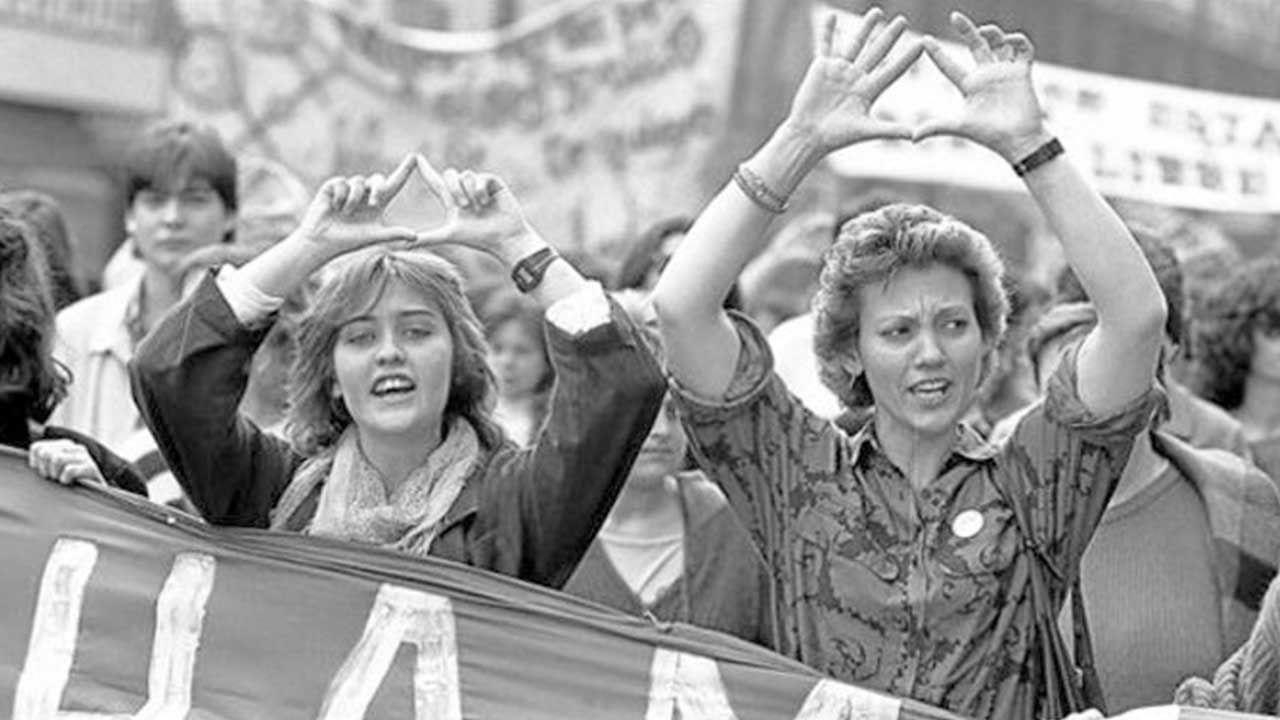 Triángulo manos feminista