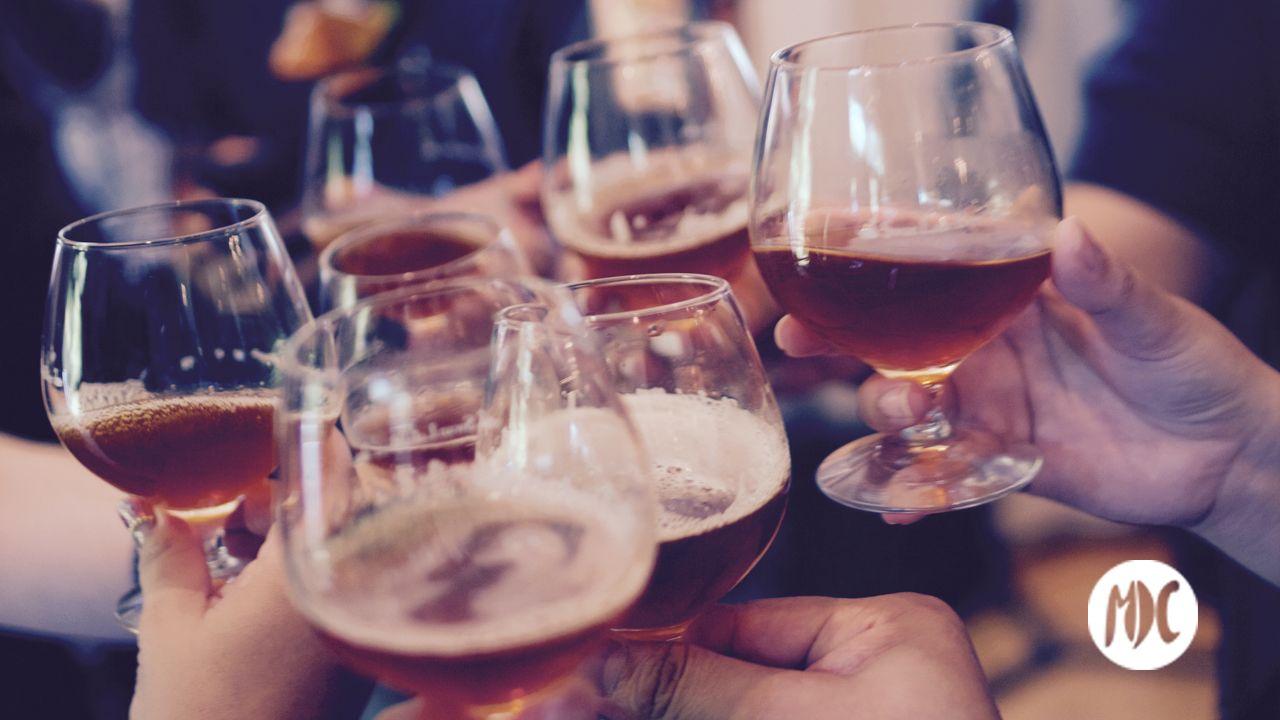 tradiciones, ¿Por qué brindamos al beber?: el origen de nuestras tradiciones