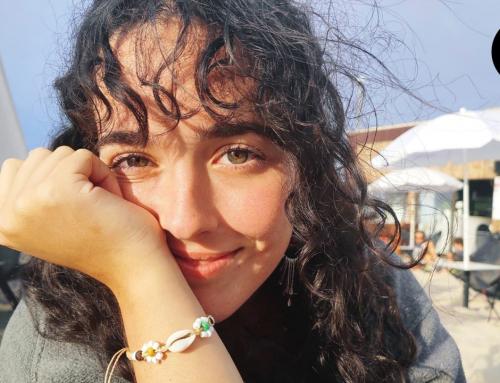 Ana Álvarez publica su primer libro: «Siento que el mundo real es una simulación ideada por un porretas de 16 años»